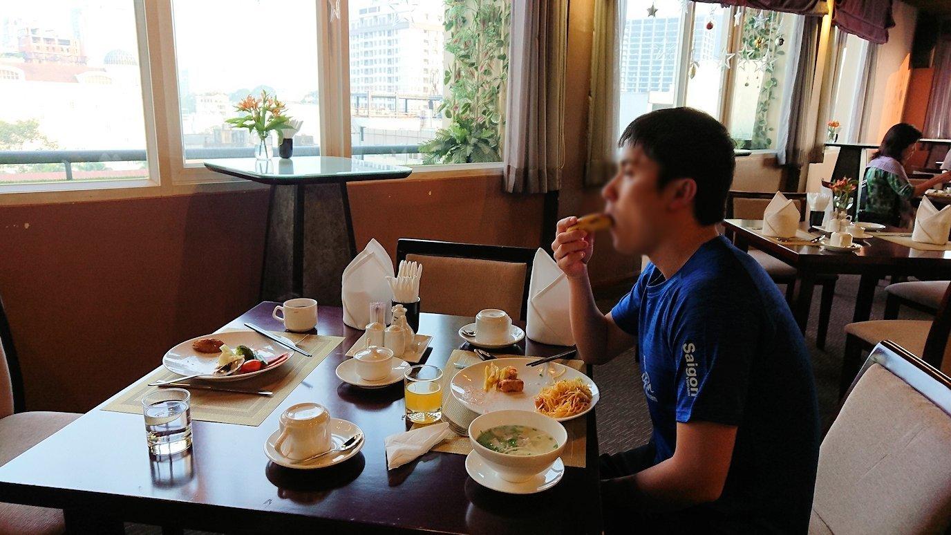 サイゴンホテルの朝食会場でバナナをいただきま~す3