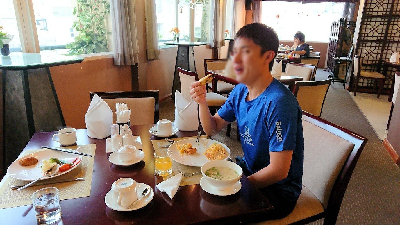 サイゴンホテルの朝食会場でバナナをいただきま~す4