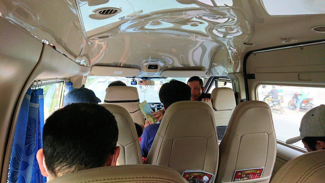 現地ツアーに参加しバスで移動中の車内