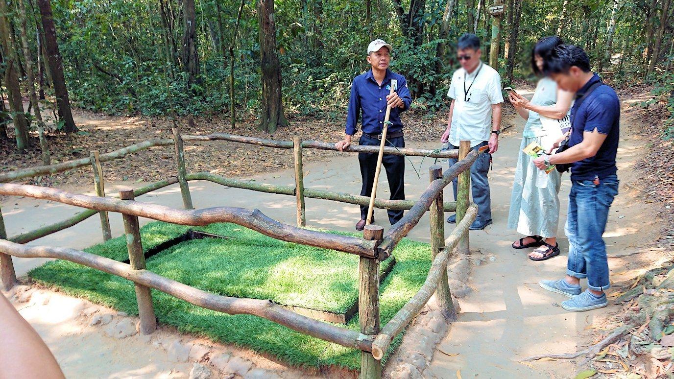ベトナムのクチトンネルでワナの回転盤を見る