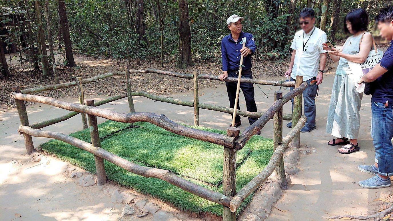 ベトナムのクチトンネルでワナの回転盤を見る2