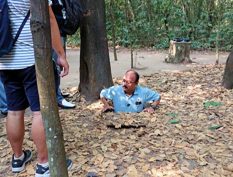 ベトナムのクチトンネルで隠し穴に入ってた外人男性の様子