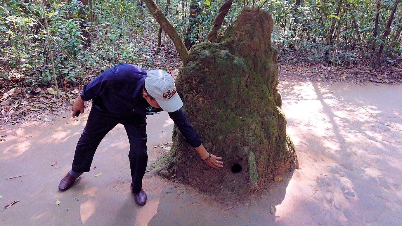 クチ地下トンネルの空気穴がある岩3