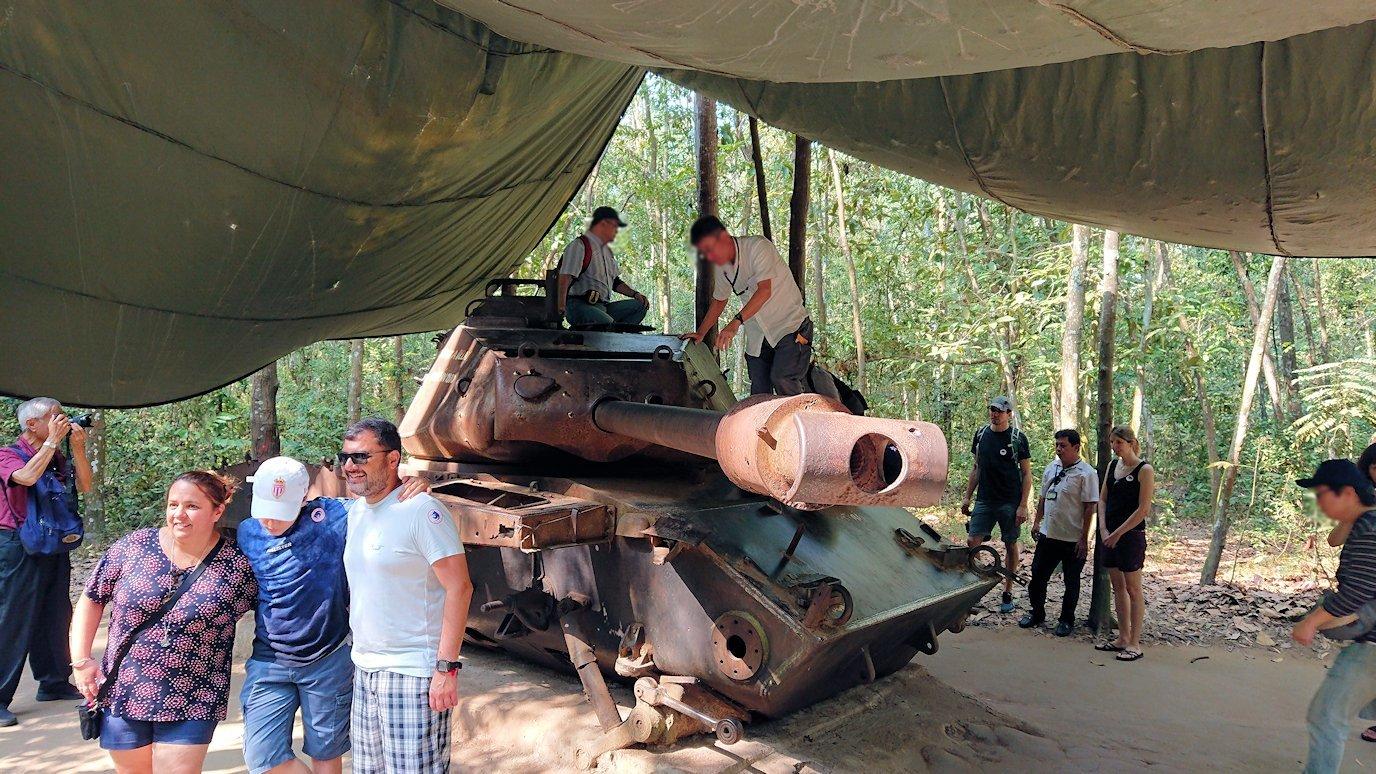 ベトナム戦争当時の戦車に登る人々
