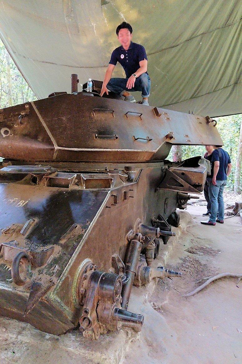 ベトナム戦争当時の戦車に登る人々3