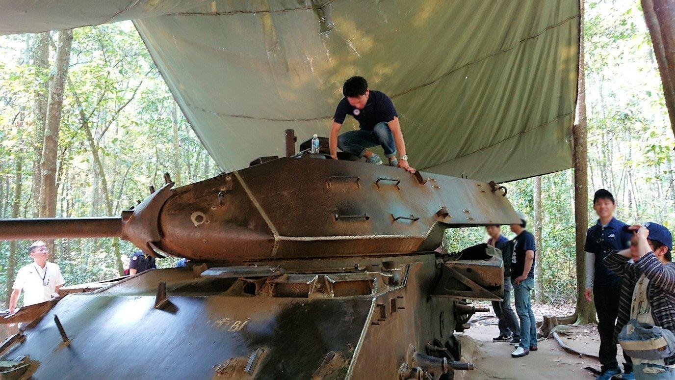ベトナム戦争当時の戦車に登る人々4