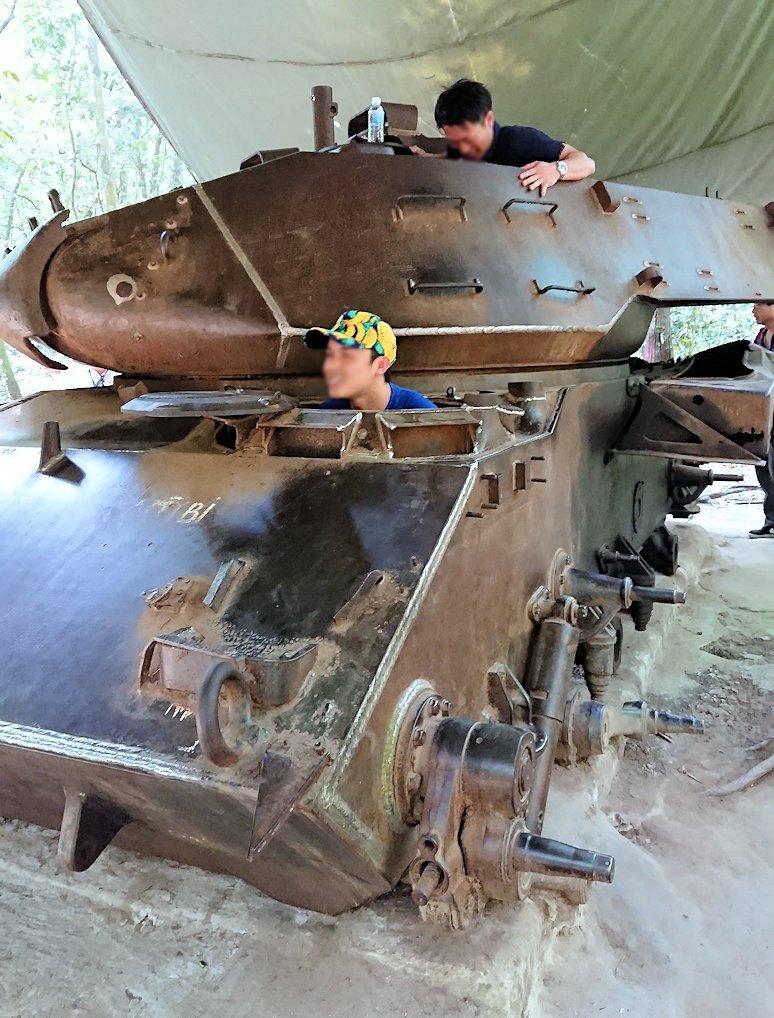 ベトナム戦争当時の戦車に登る人々5