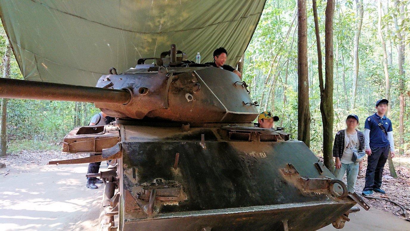 ベトナム戦争当時の戦車に登る人々7