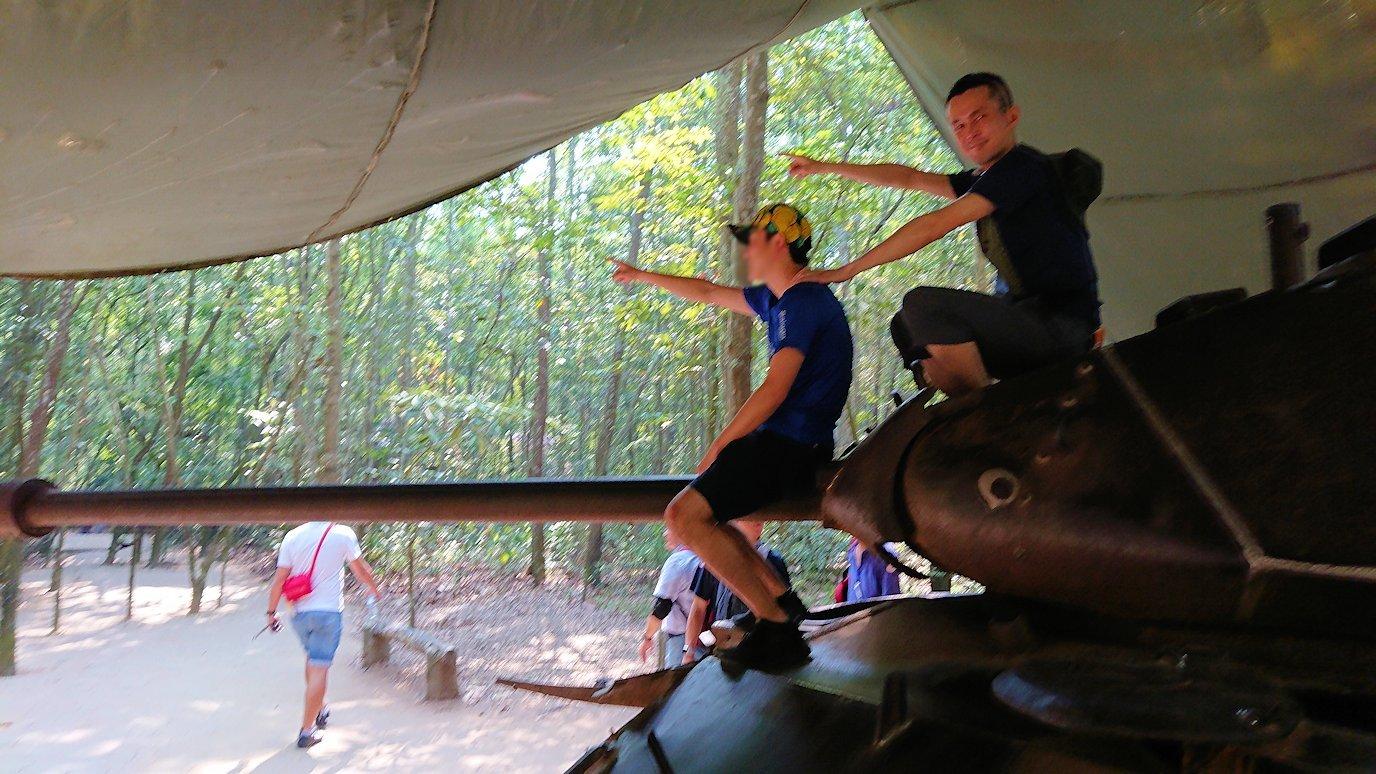ベトナム戦争当時の戦車に登って記念撮影