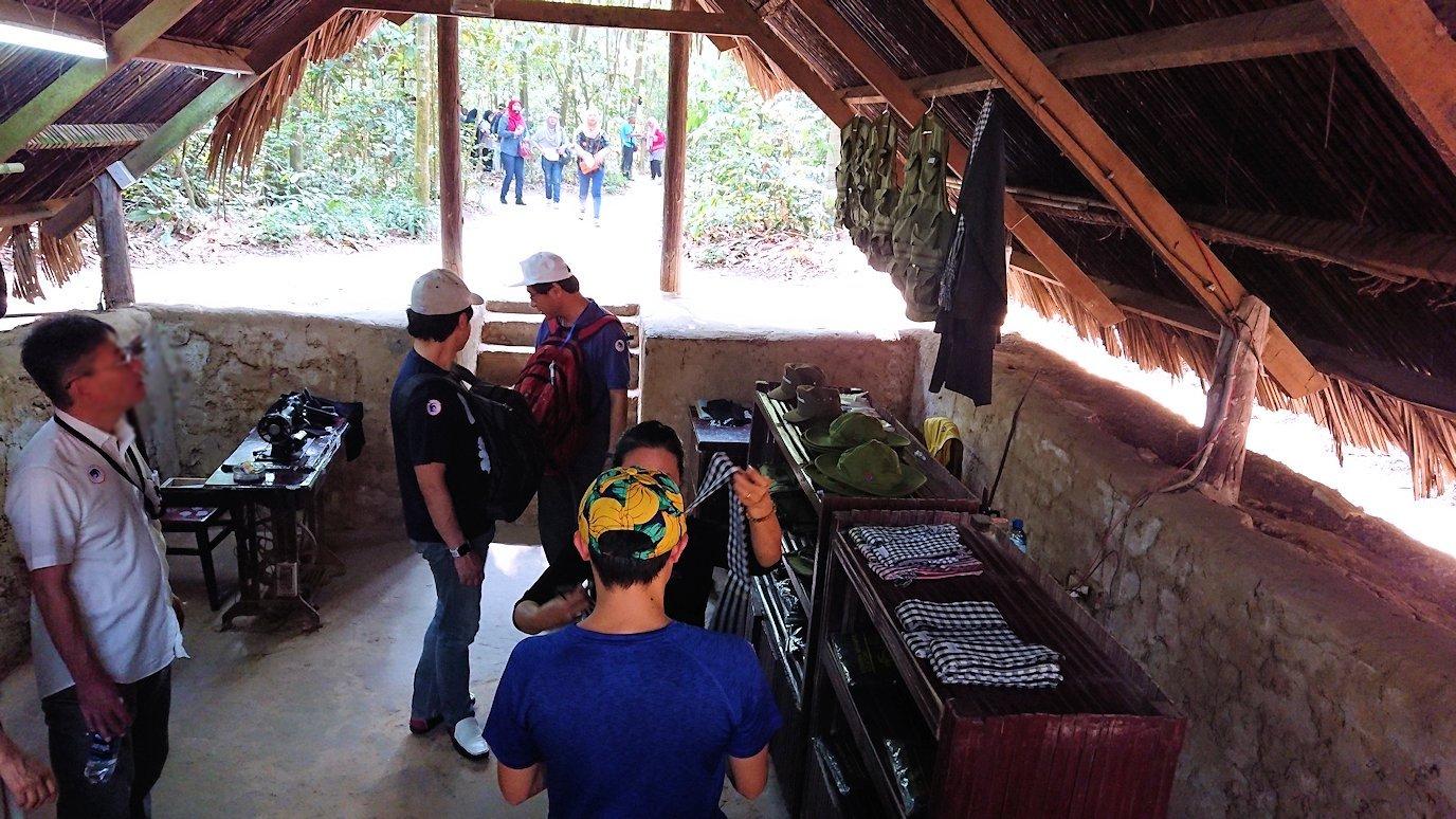 クチトンネルの縫物をしている部屋を見学6