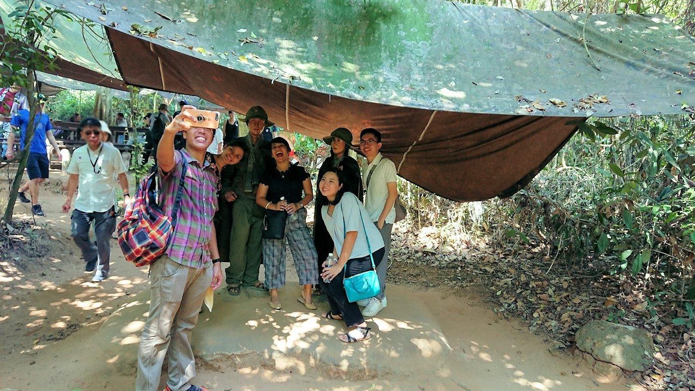 クチトンネルで休憩する人々