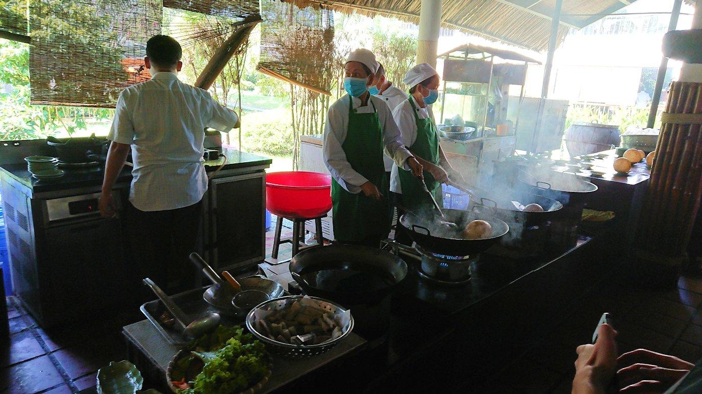 エレファントフィッシュが食べれる昼食レストラン会場の調理風景