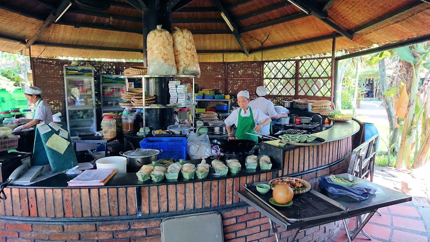 エレファントフィッシュが食べれる昼食レストラン会場の調理風景4