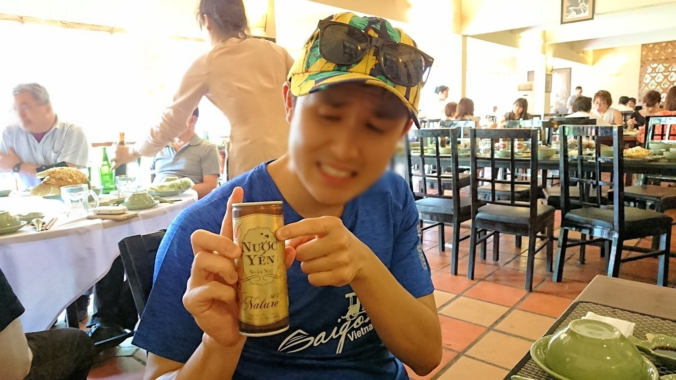 エレファントフィッシュが食べれる昼食レストラン会場で燕の巣ジュースを飲む男2