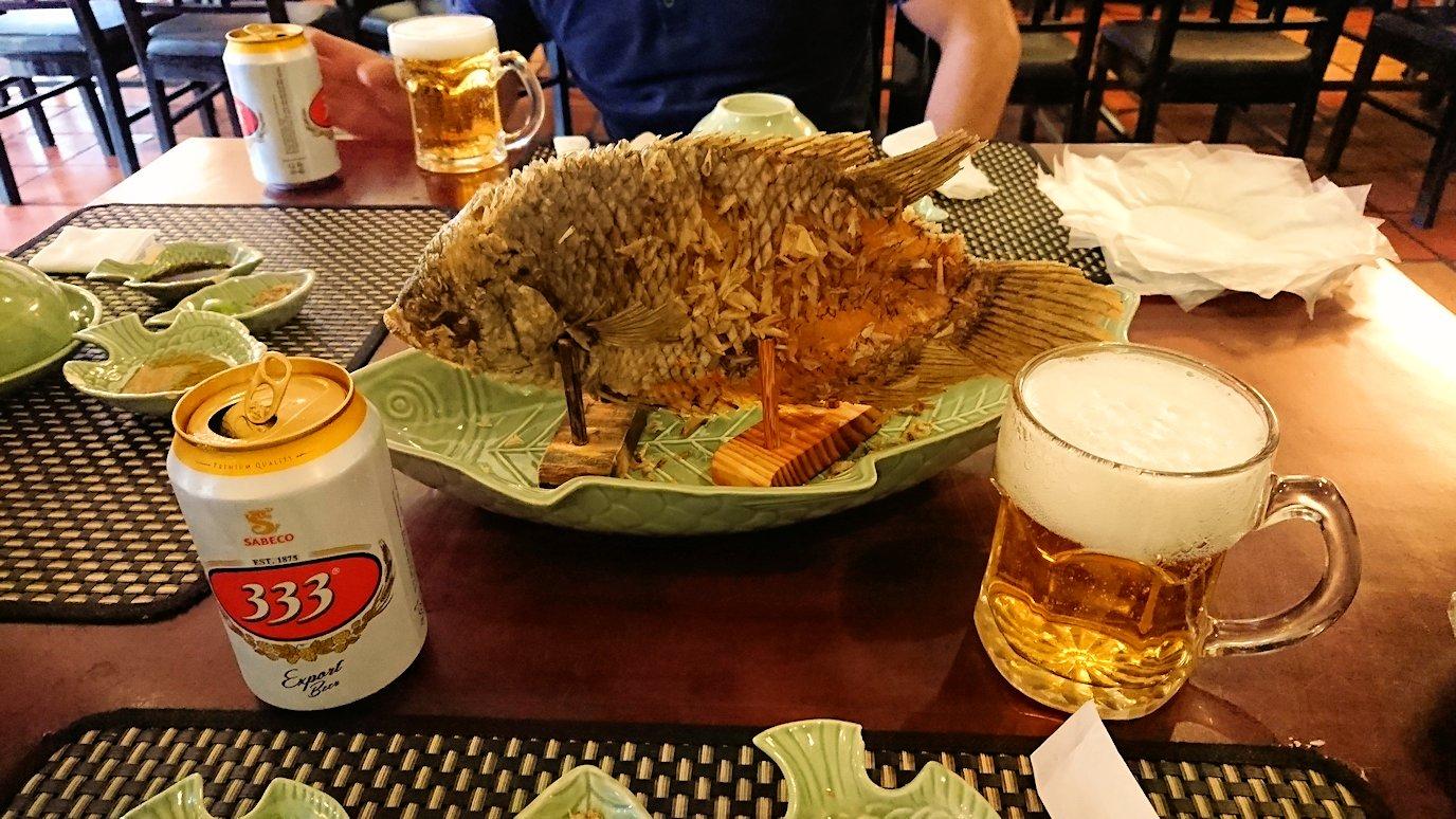 エレファントフィッシュが食べれる昼食レストラン会場で燕の巣ジュースを飲む男3