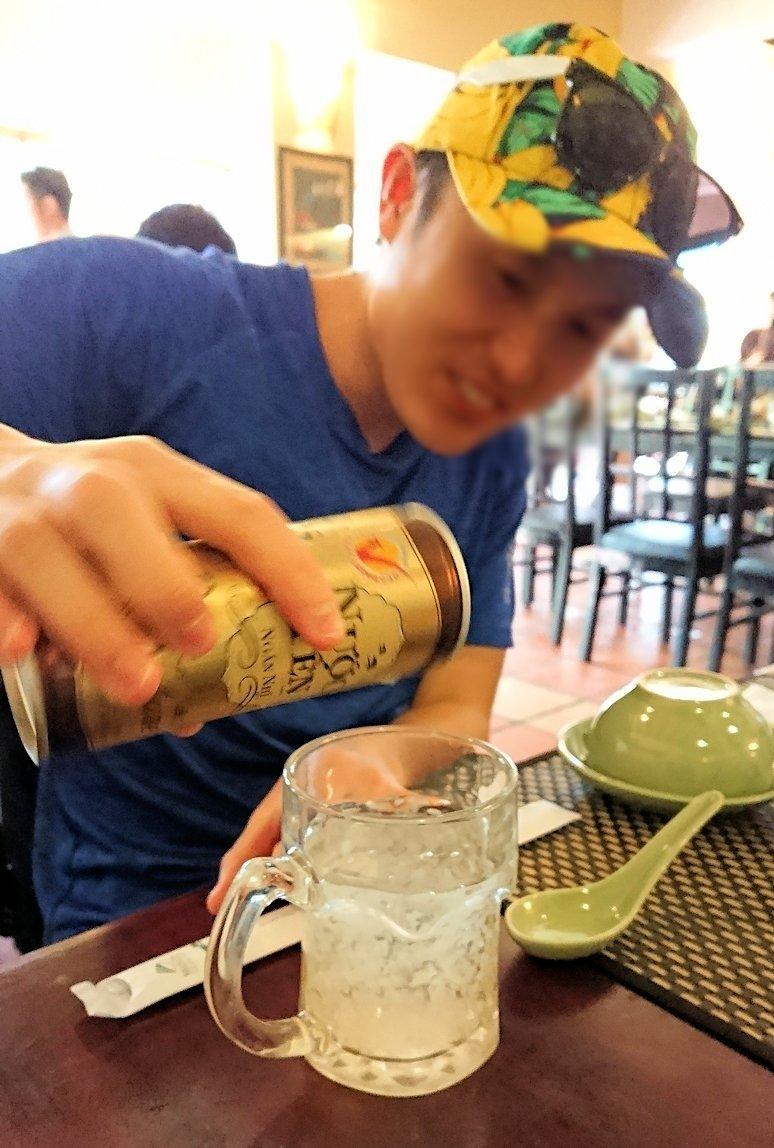 エレファントフィッシュが食べれる昼食レストラン会場で燕の巣ジュースを飲む男4