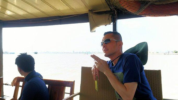 メコン川クルーズを楽しむ男たち3
