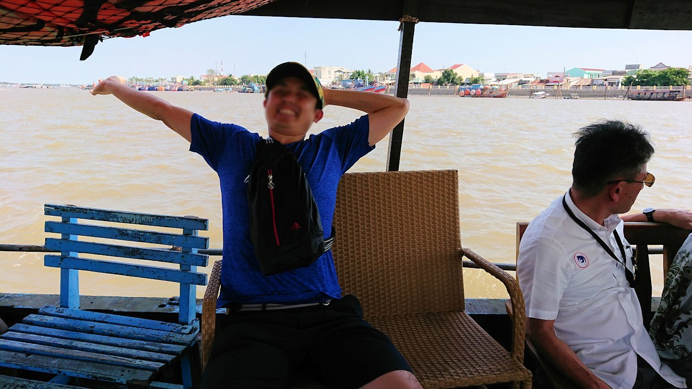 メコン川クルーズを楽しむ男たち2