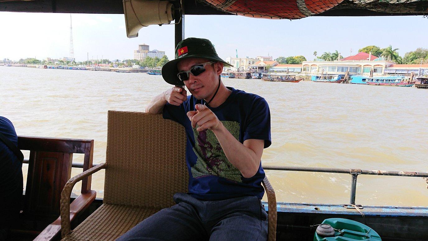メコン川クルーズを楽しむ男たち4
