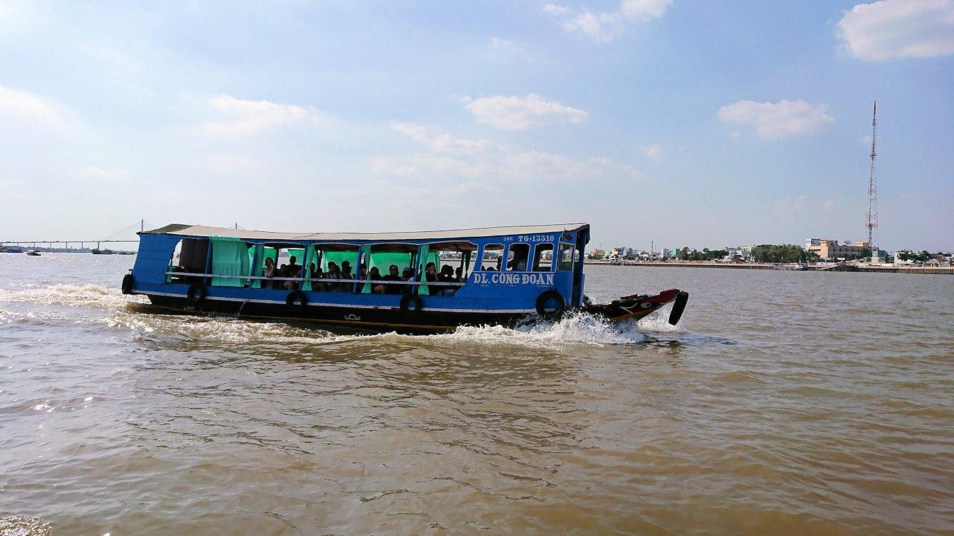メコン川クルーズを通る船