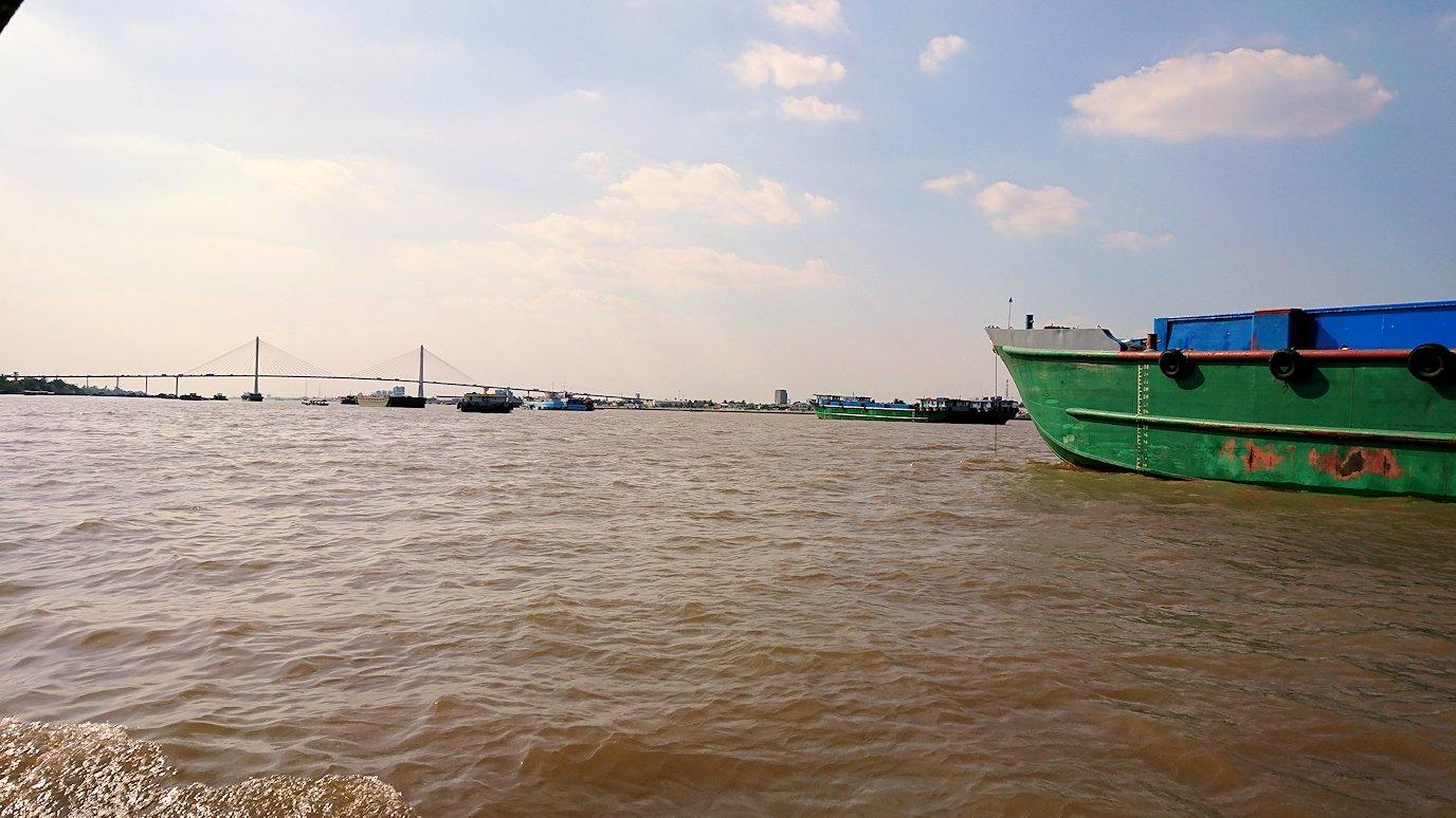 メコン川クルーズを通る船2
