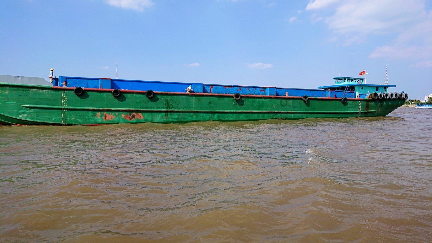 メコン川クルーズを通る船3