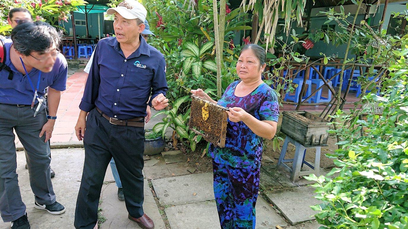 メコン川クルーズで渡った島の蜂蜜オバちゃん