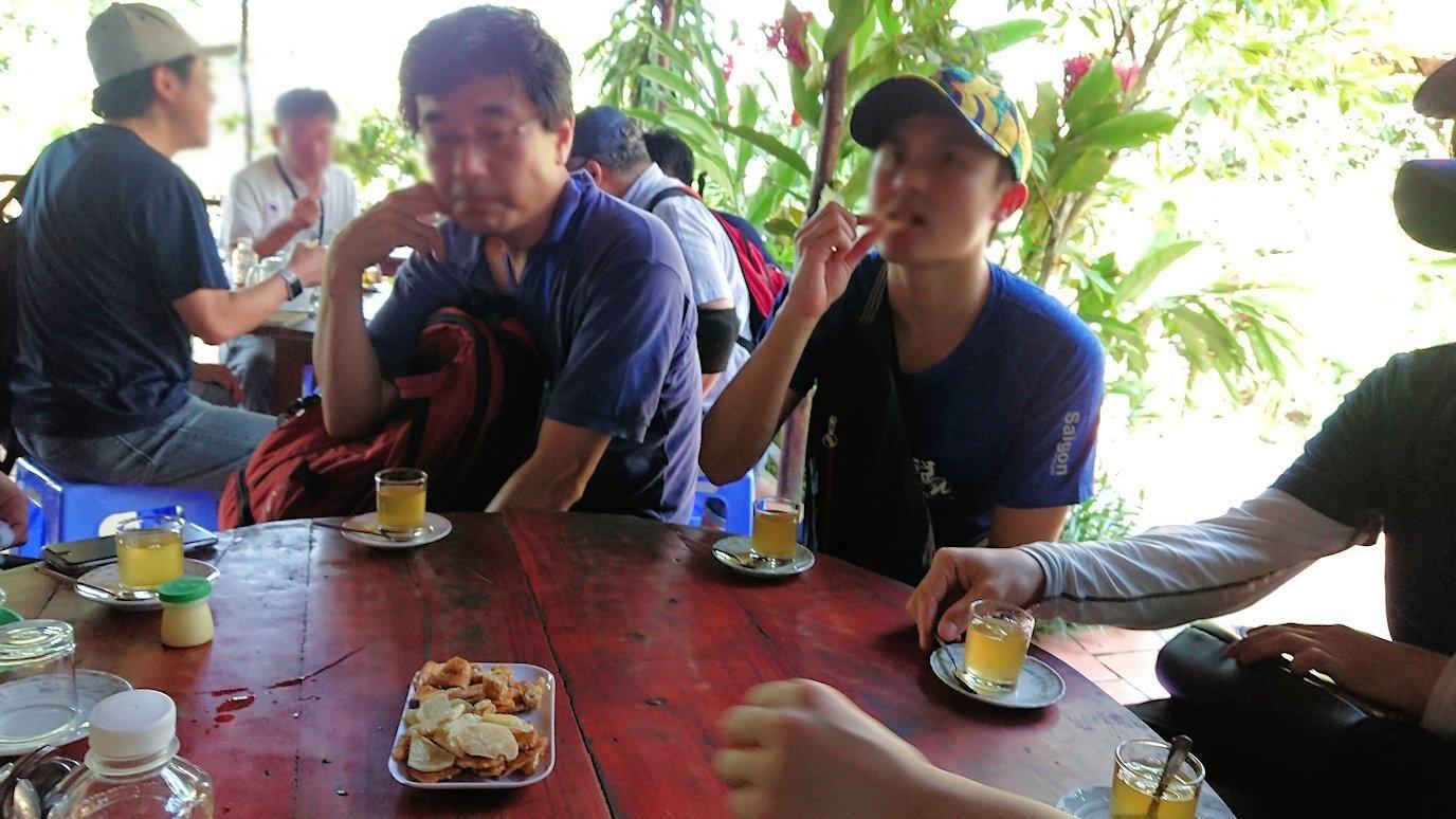 メコン川クルーズの島で蜂蜜を体験3