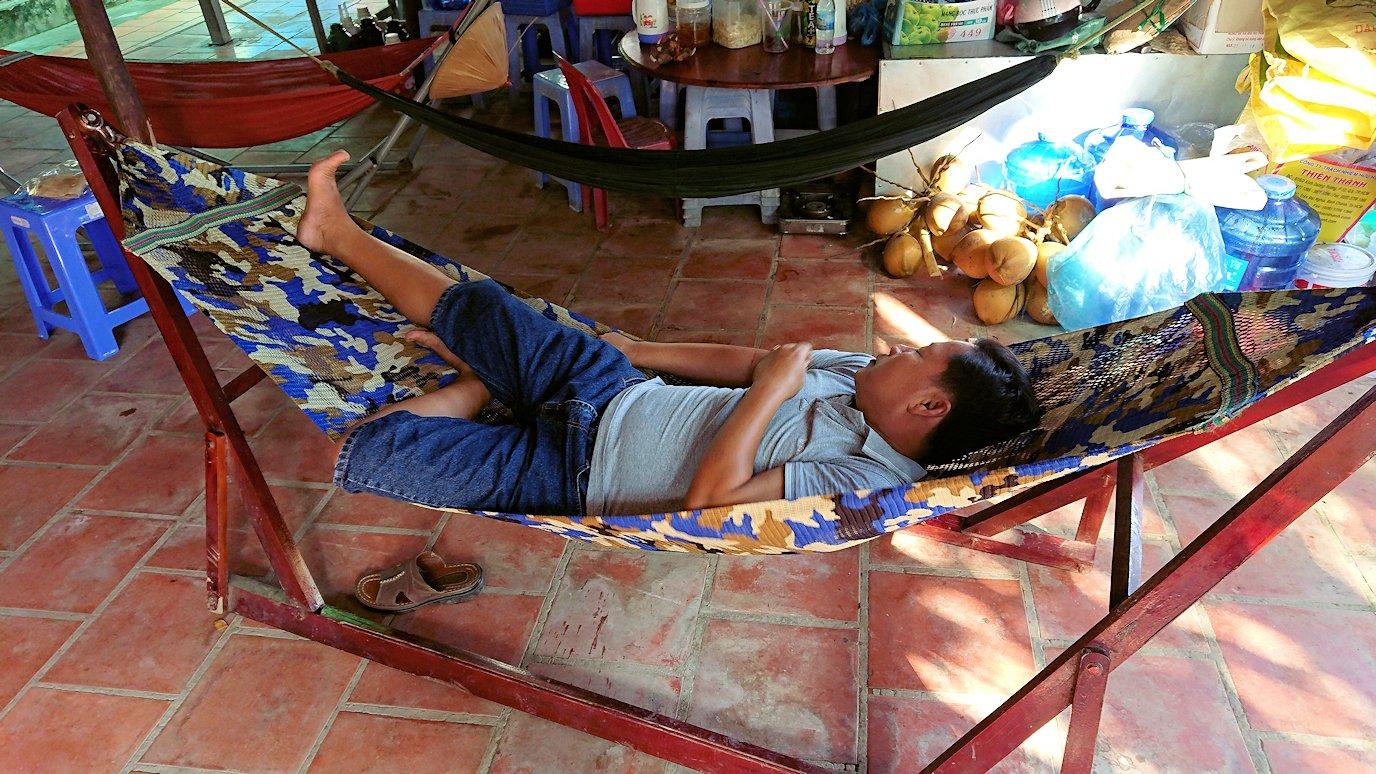 メコン川クルーズの島でハンモックで寝ている人