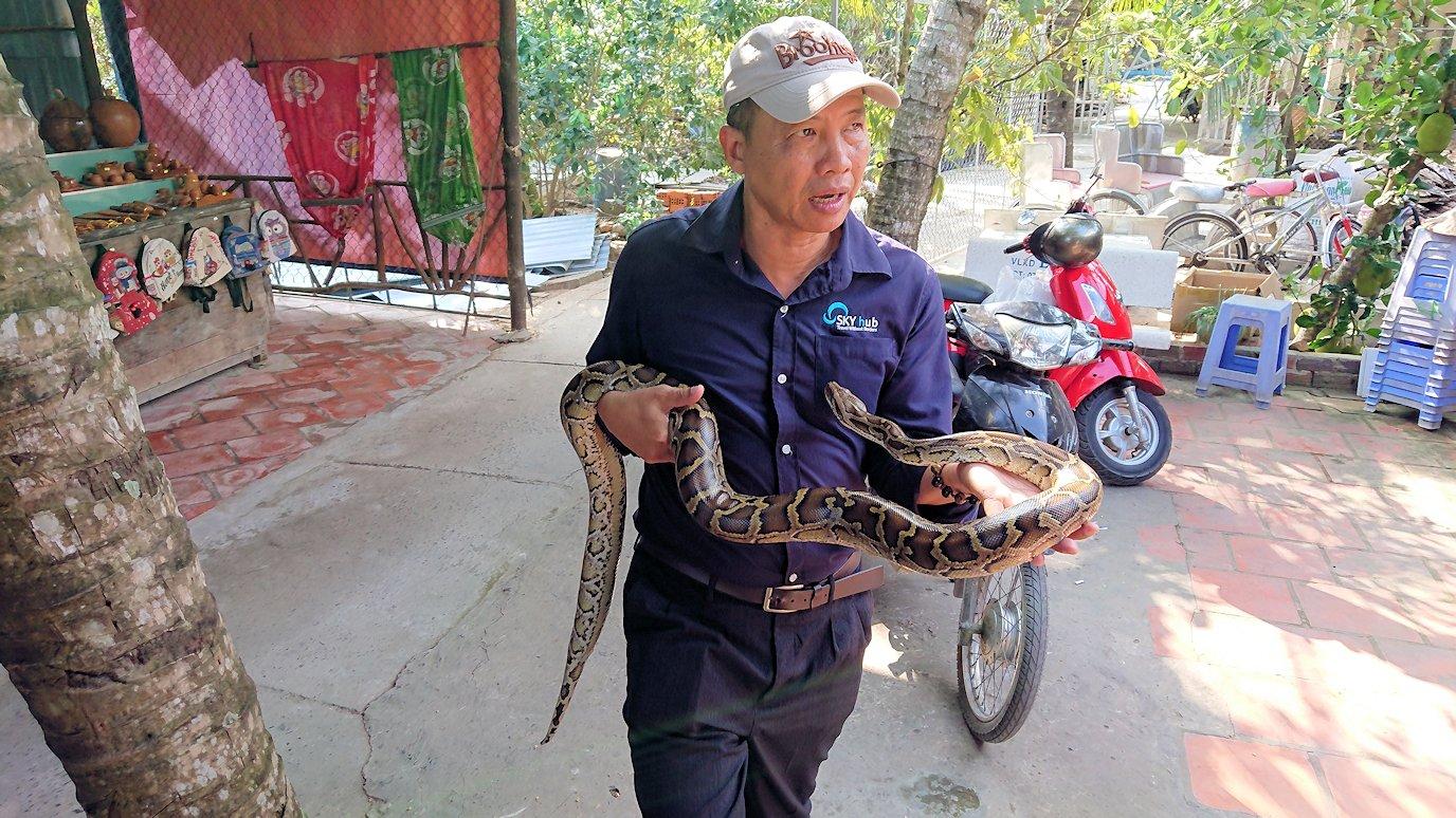 メコン川クルーズの島で蛇の首巻を体験2