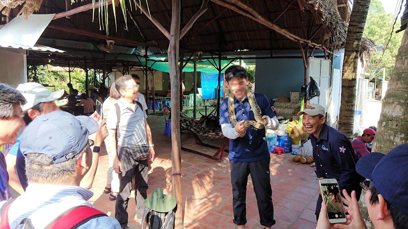 メコン川クルーズの島で蛇の首巻を体験3