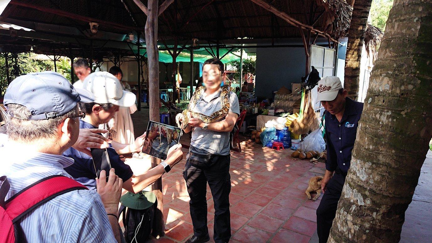 メコン川クルーズの島で蛇の首巻を体験4