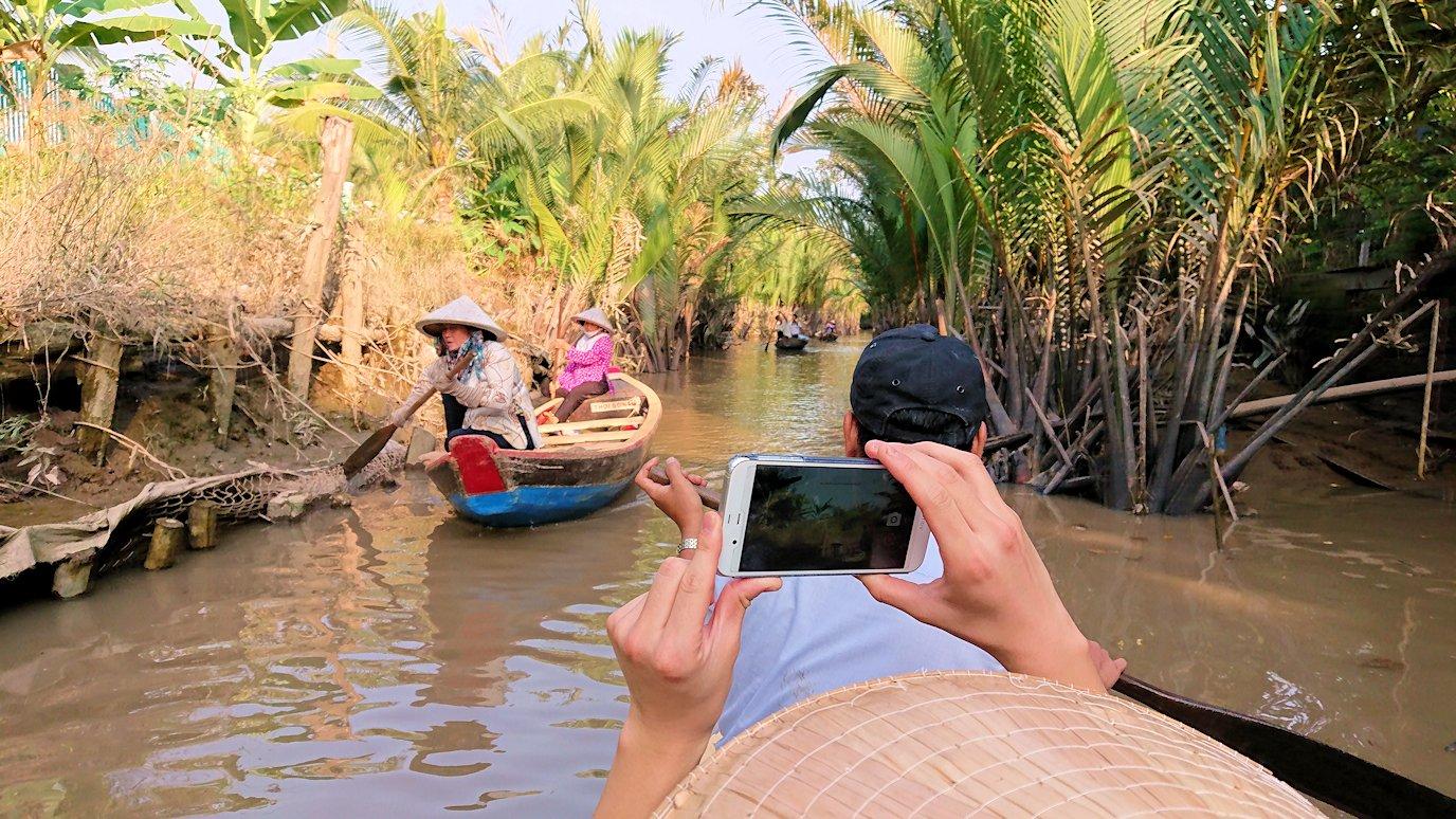 メコン川で手漕ぎボートに乗り込む5