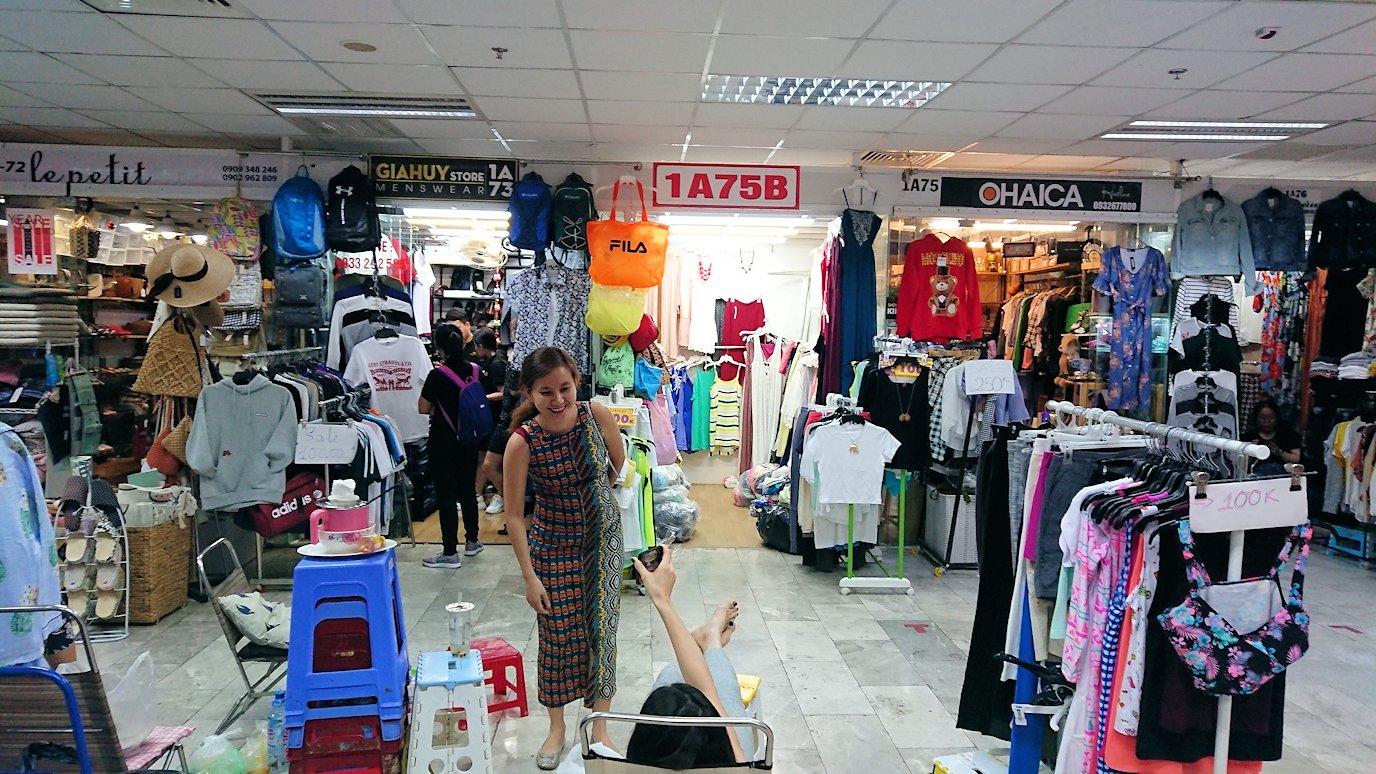 ドンコイ通りにあるショッピングセンターのラッキープラザにて店内を物色2