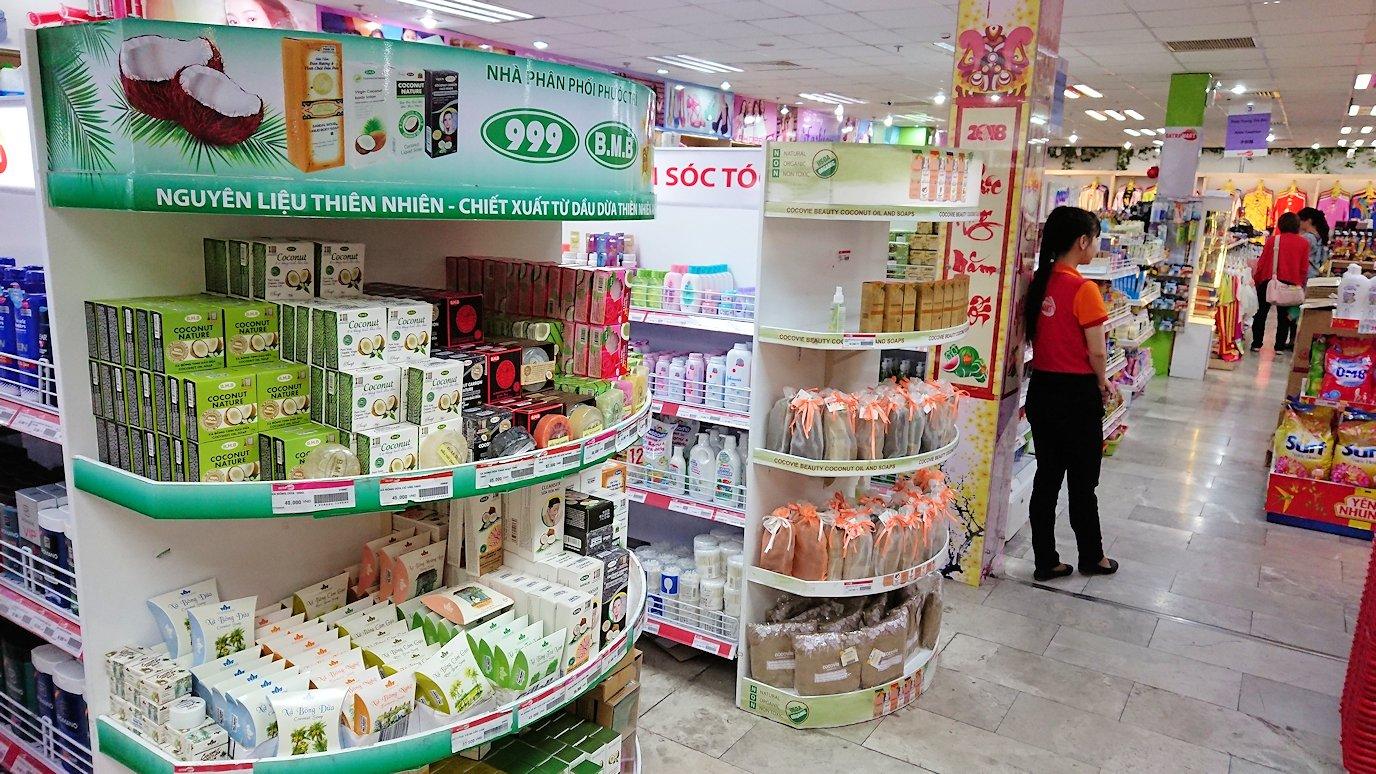 ドンコイ通りにあるショッピングセンターのラッキープラザにて店内を物色5