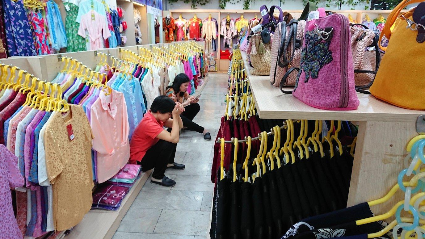 ドンコイ通りにあるショッピングセンターのラッキープラザにて店内を俳諧