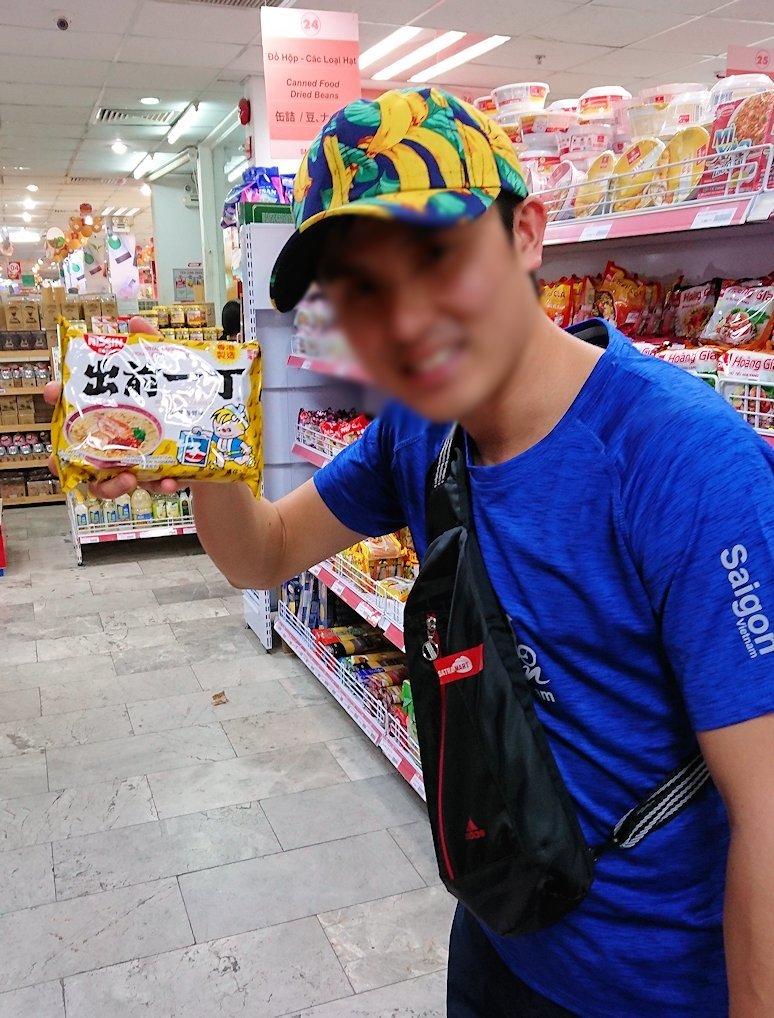 ドンコイ通りにあるショッピングセンターのラッキープラザ3階のスーパーの店内4