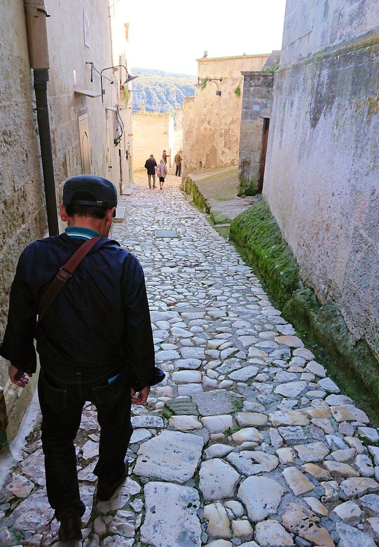 マテーラのサッソ・カヴェオーソ地区に向かう道を歩く