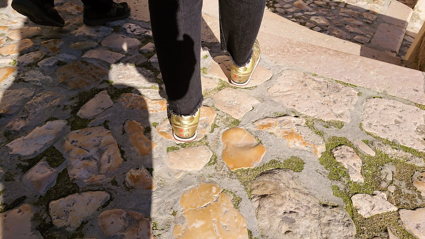 マテーラのサッソ・カヴェオーソ地区を歩くガイドさんの渋谷シューズ