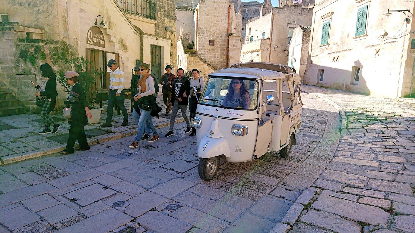 マテーラのサッソ・カヴェオーソ地区を通る車