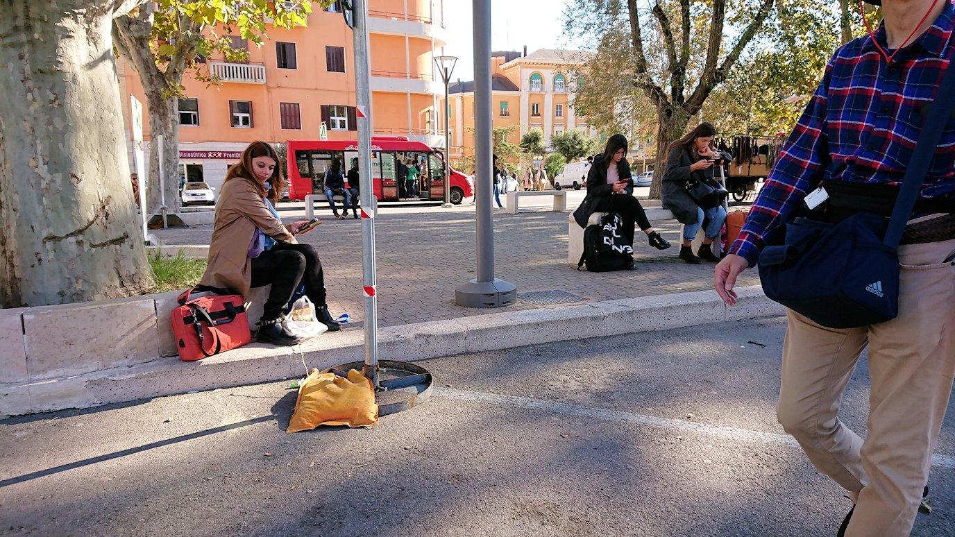 マテーラの街でバス乗り場まで向かう6