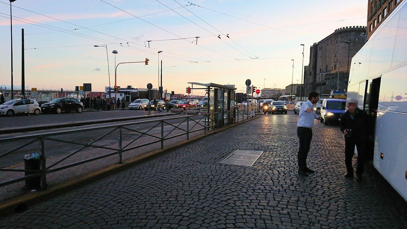 ナポリの街でバスから降りる