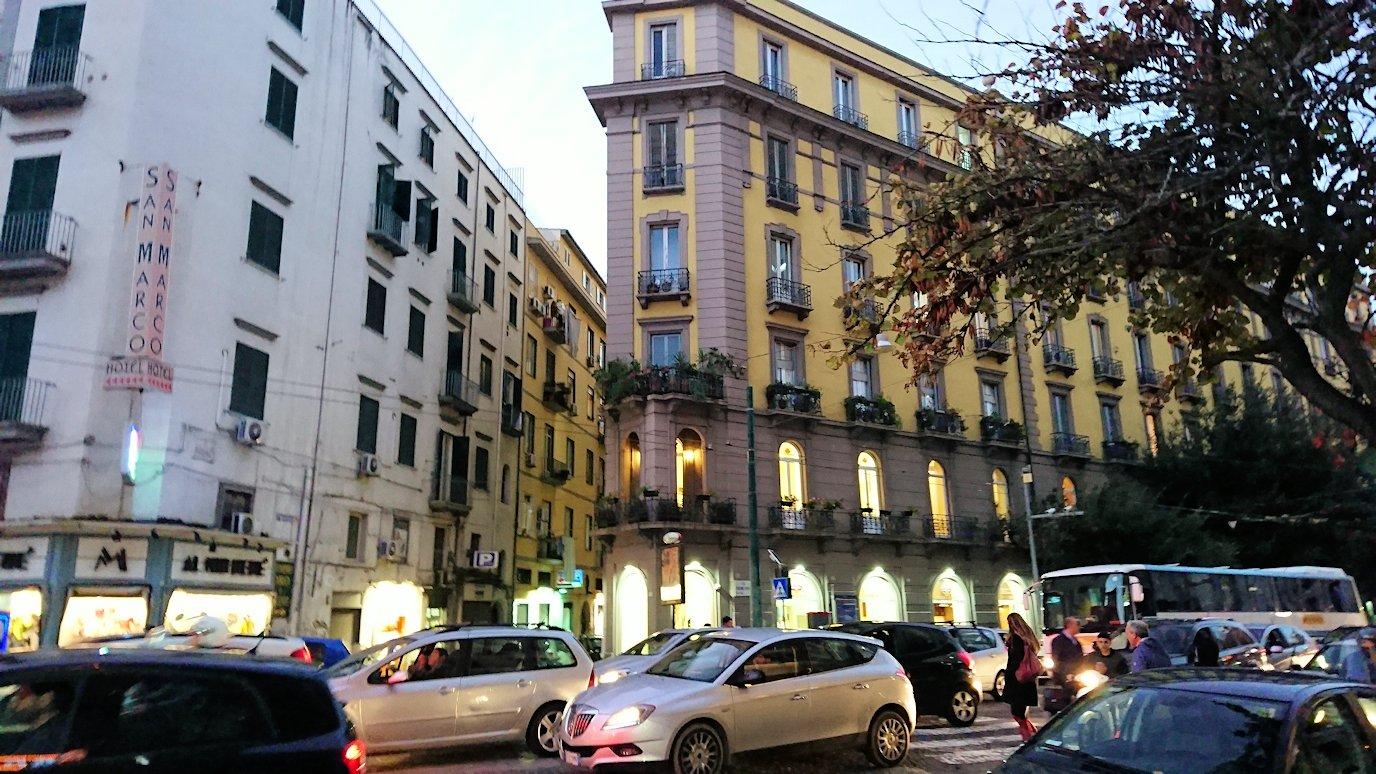ナポリの街でバスから降りて歩く