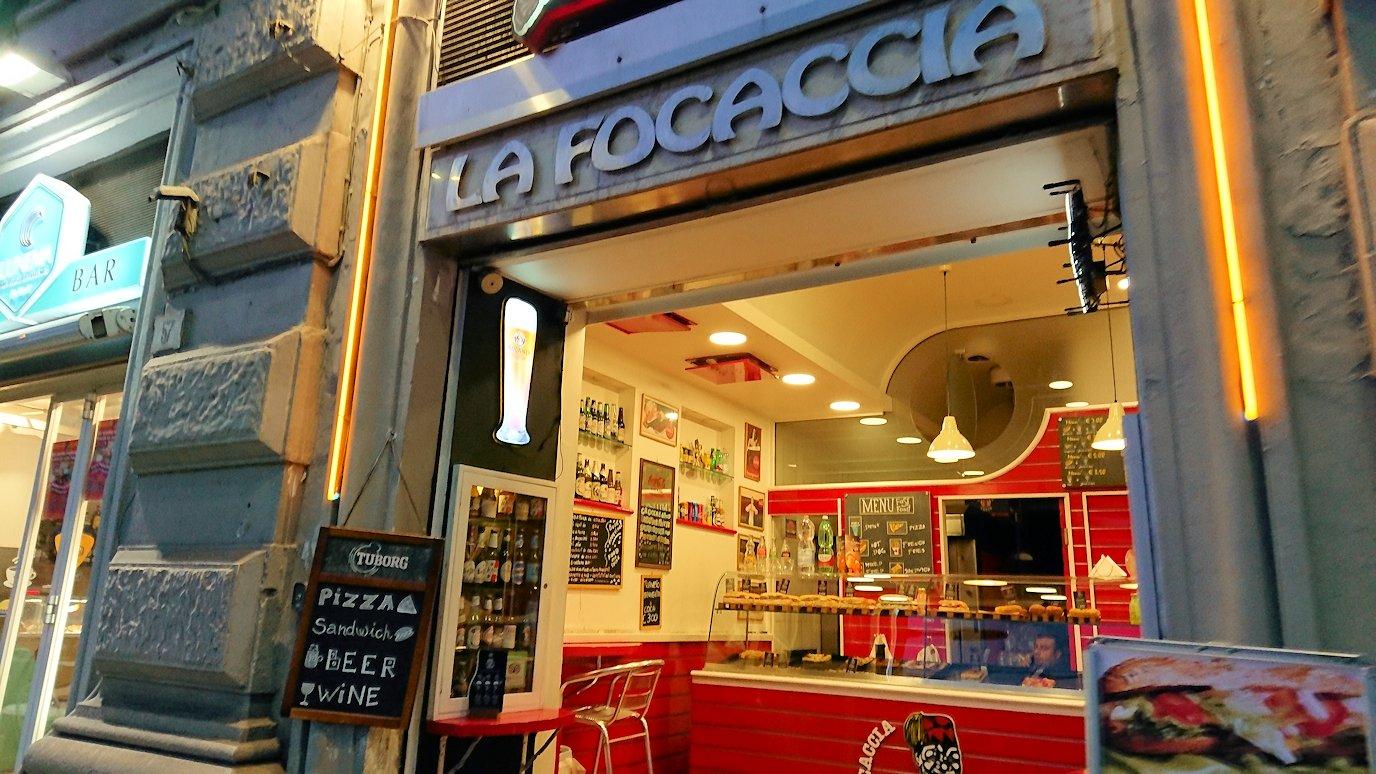 ナポリの街でバスから降りて歩く2