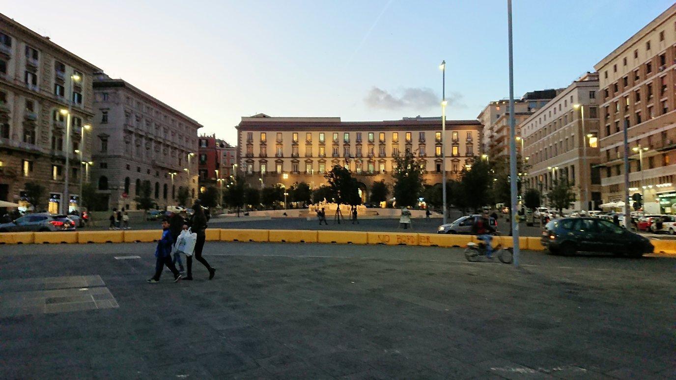 ナポリの街でバスから降りて歩く3