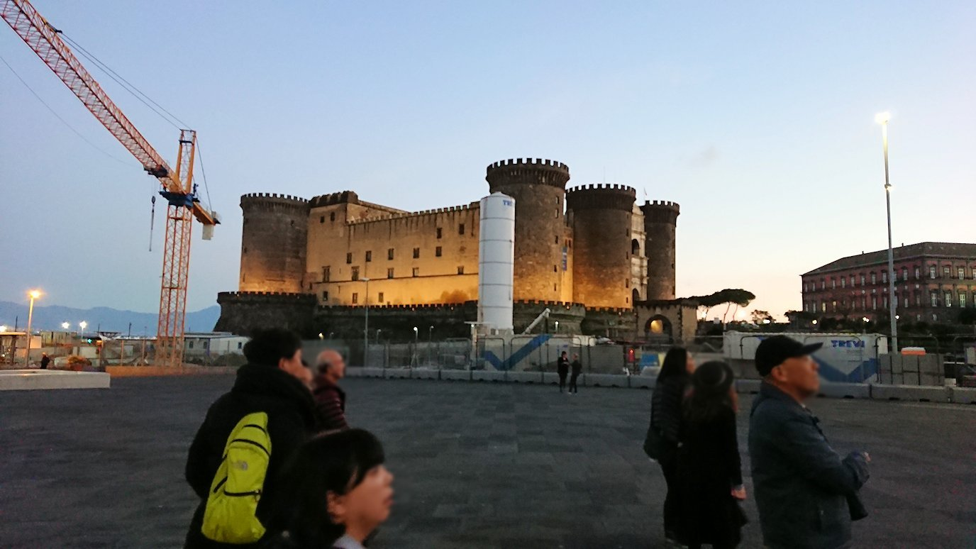 ナポリの街のヌオーヴォ城前にたどり着く