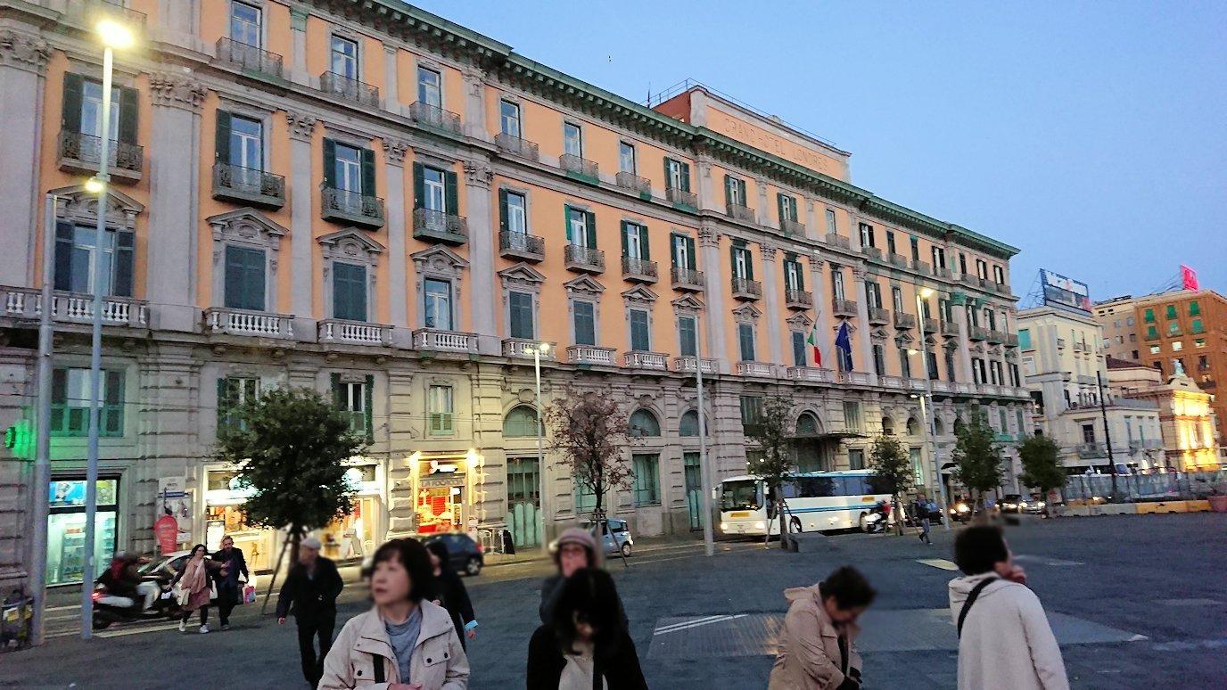 ナポリの街のヌオーヴォ城前にたどり着く2