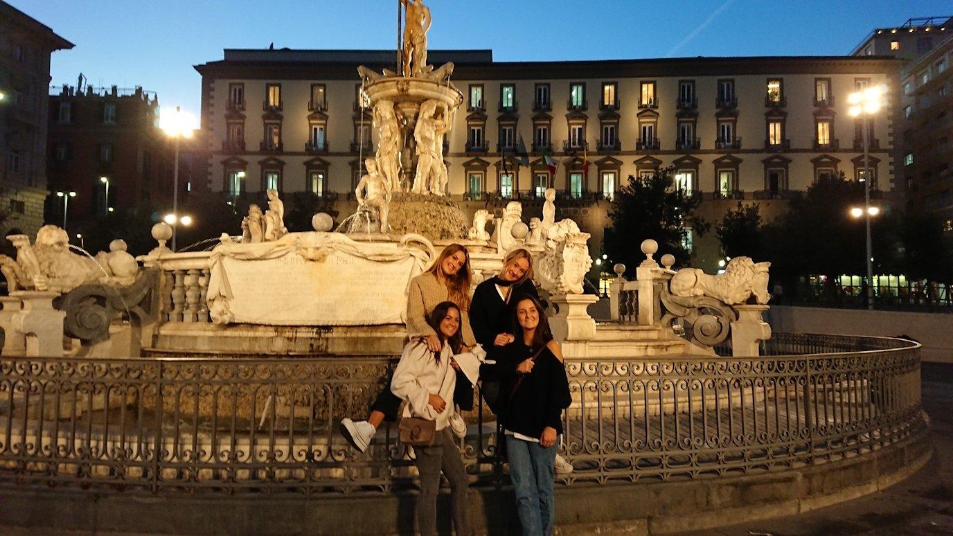 ナポリのムニチビオ広場で記念撮影する美女たち