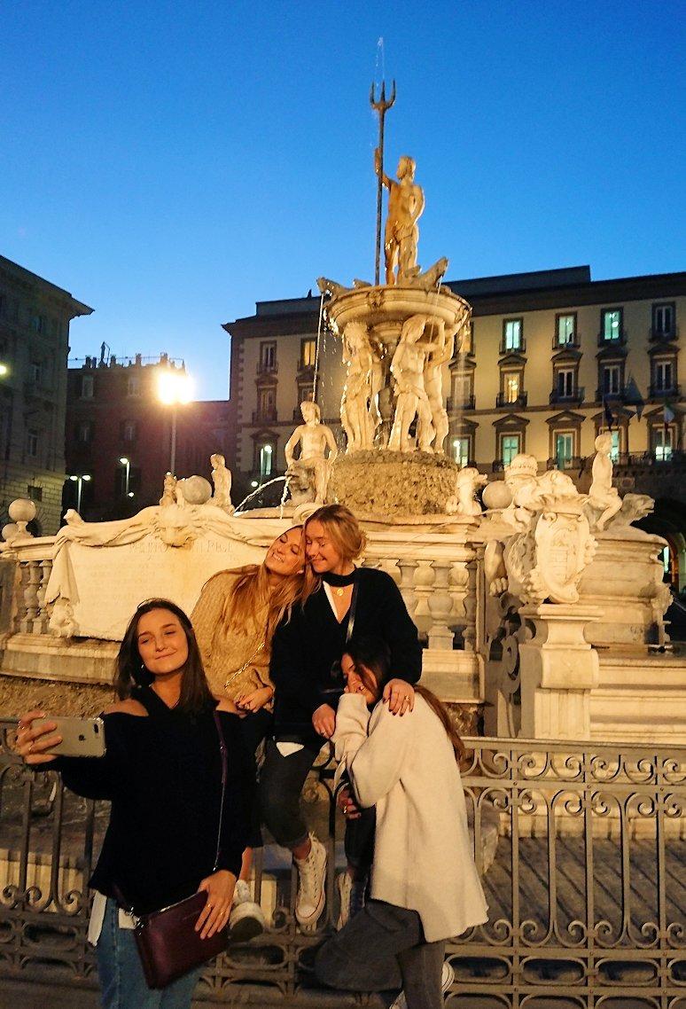 ナポリのムニチビオ広場で記念撮影する美女たち2