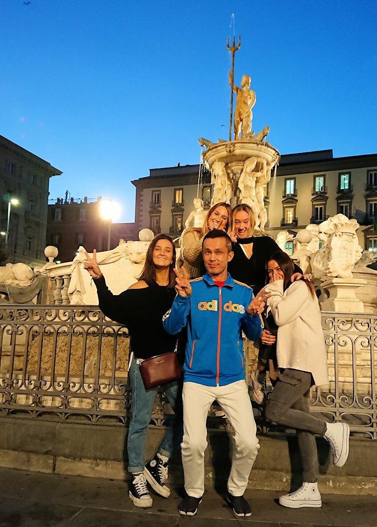 ナポリのムニチビオ広場で記念撮影する美女たちと一緒に撮影